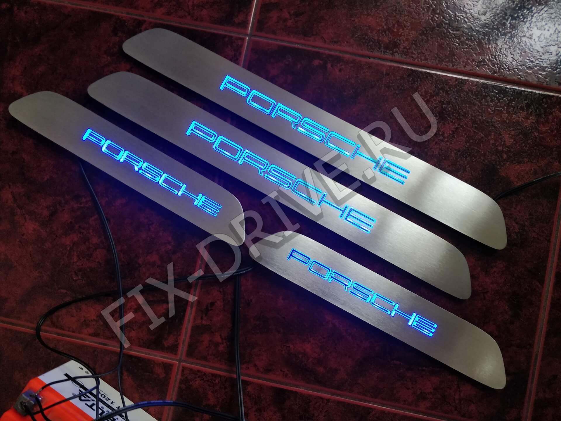 Накладки на подножки с подсветкой Porsche Cayenne 958 с синей подсветкой